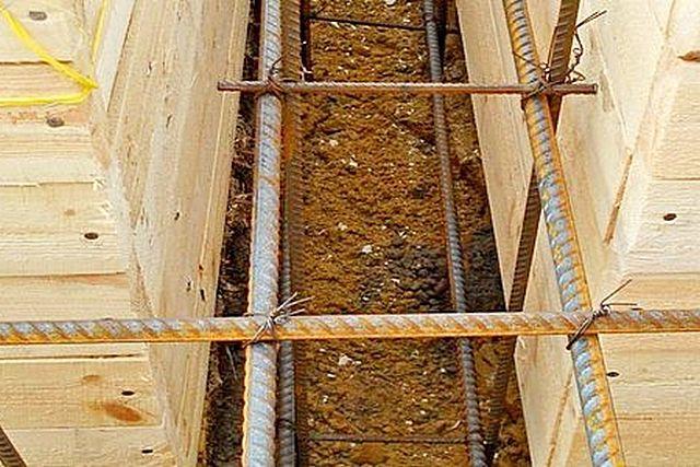 Опалубка смонтирована на всю высоту фундаментной ленты
