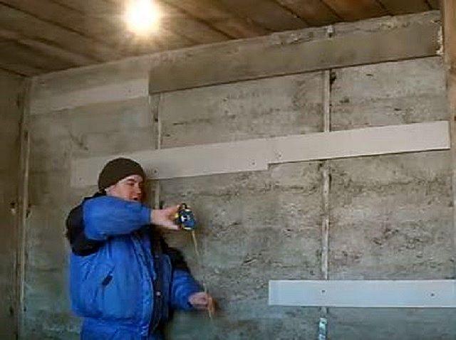 На представленном примере производится выравнивание гипсокартоном стены, выведенной из опилкобетона