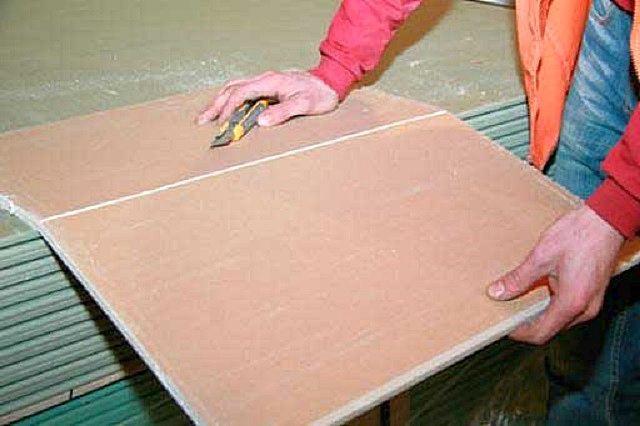 Раскрой гипсокартонных листов не представляет никакой сложности – необходимо только аккуратность и точность движений