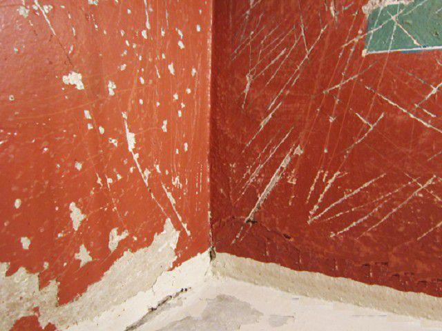 Если старую краску снять нельзя, или это признано нецелесообразным, то можно ограничиться частой насечкой на поверхности стены