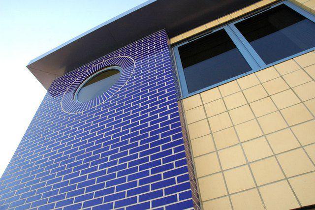 Стена, облицованная глазурованным кирпичом