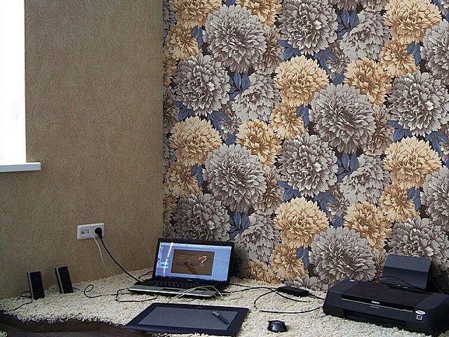 Сочетание ровно тонированной стены с крупноформатным рисунком на другой. И то, и другое – это виниловые обои.