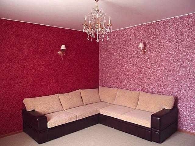 Стены, оформленные в одном красном тоне с белыми вкраплениями