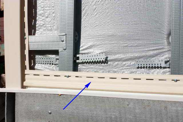 Стартовый профиль должен полностью «опоясывать» весь отделываемый фасад по выверенной горизонтальной линии