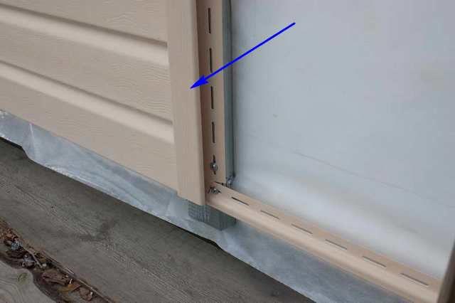 Стык торцевых краев соседних панелей всегда должен приходиться на Н-планку