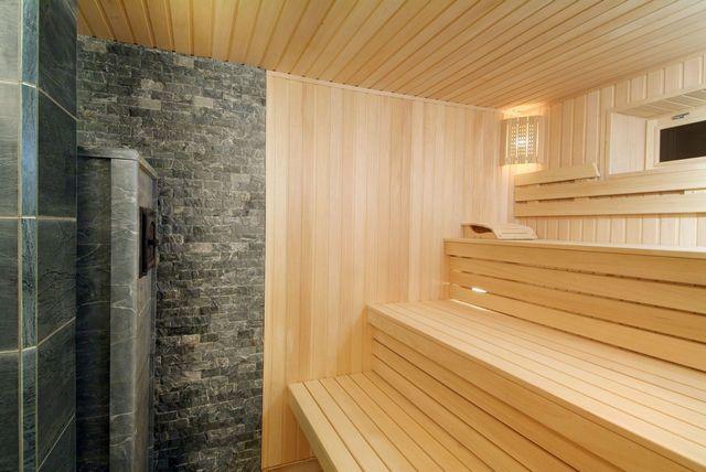 Клинкерной плиткой облицованы стены вокруг печки-каменки в парной