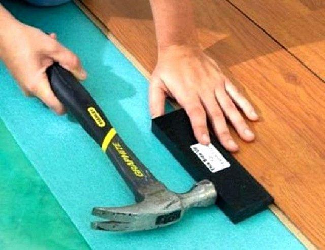 Соединение досок ламината с замками типа «Lock» потребует приложения дополнительных ударных усилий