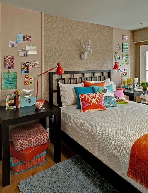 Подростковая комната, отделанная пробковыми обоями