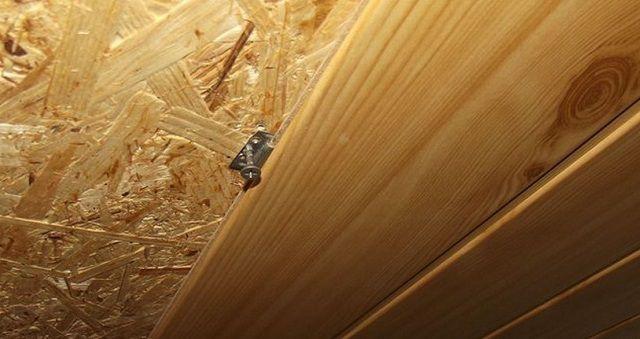 Каркасная стена – ровная, в обрешетке необходимости нет, и кляймеры вкручиваются непосредственно в поверхность обшивки (OSB)