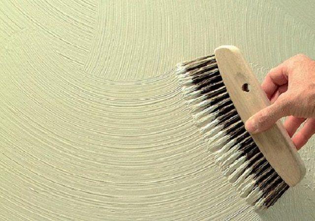 Для создания задуманного рельефного рисунка на штукатурке часто применяются щетки с различным по материалу и жесткости ворсом