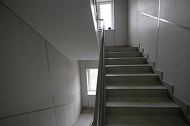 Очень часто стекломагнезитовые панели с успехом используются для облицовки стен в подъездах или на лестничным маршах