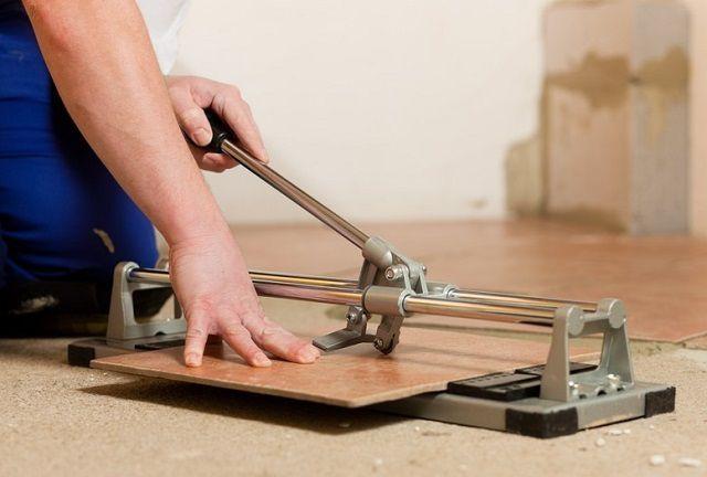 Самый простой и удобный вариант для резки по прямой линии – это использование специального станка-плиткореза