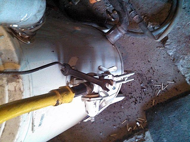 Откручиваю соединение трубки датчика тяги от тройника блока автоматики