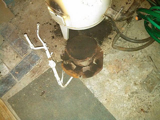 Снятый блок горелок на поддоне котла