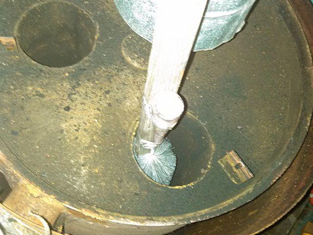Прочищаю каналы теплообменника – сажа отходит достаточно легко, без приложения особых усилий
