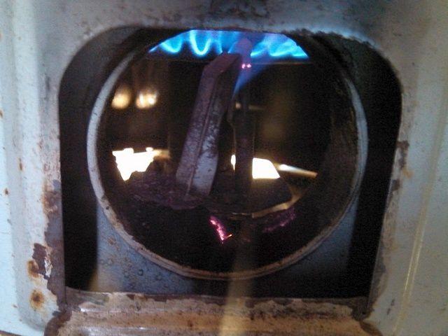 Всё работает! Пламя выраженно голубого цвета, и корона направлена строго вверх, в сторону теплообменника!