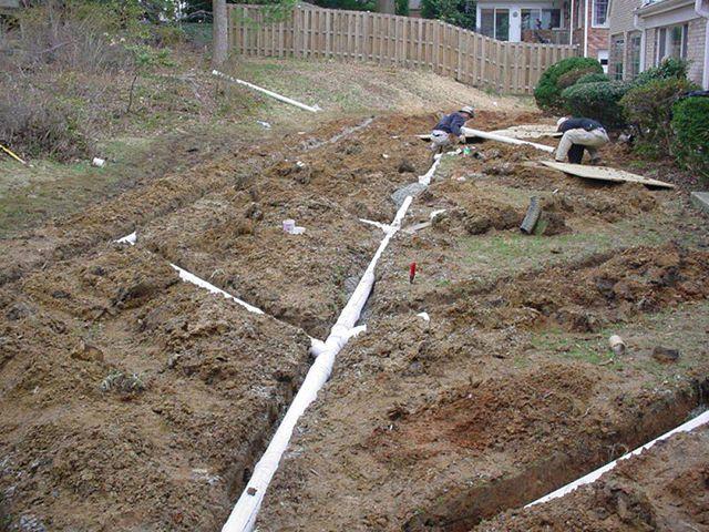 Правильное проектирование и укладка дренов на участке, учитывая особенности его рельефа и вид почв, поможет осушить участок до приемлемого уровня