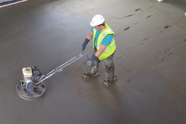 Работа по затирке поверхности должна проводиться специальной установкой, которую за внешнее сходство часто именуют «вертолетом»