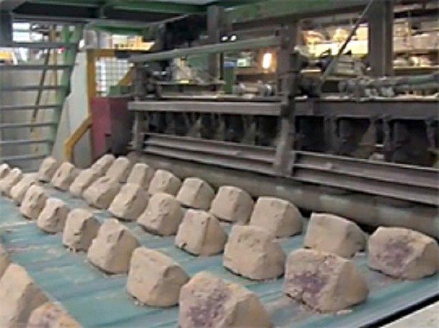 Кирпич, изготовленный методом полусухого прессования – дешевле, но и качеством – пониже.