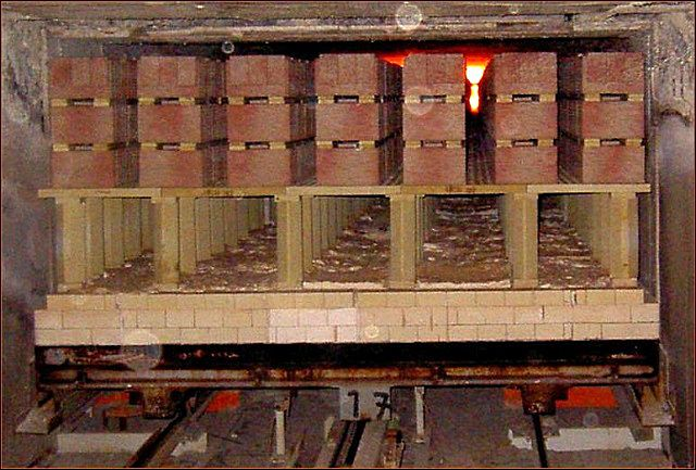 За время прохождения протяженной линии обжига сформованные кирпичи проходят несколько циклов термической обработки с различными, строго контролируемыми температурами.