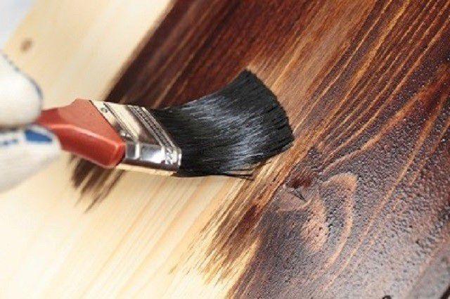 Качественная краска должна легко расходиться по поверхности древесины, обладая при этом высокой укрывистостью