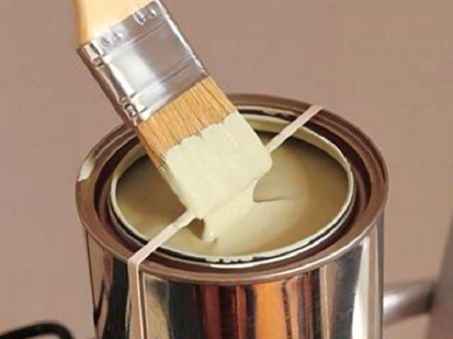 Такое нехитрое «усовершенствование» из обычных резиновых колечек значительно упростит процесс набора краски кистью из банки