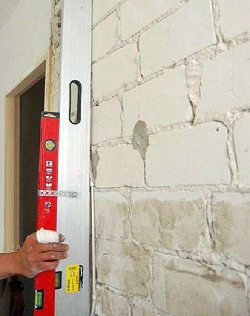 Перед окончательным приведением поверхностей стен в порядок, следует разобраться, есть ли необходимость их масштабного выравнивания