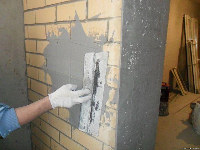 На относительно ровной стене можно ограничиться и весьма тонким слоем штукатурки