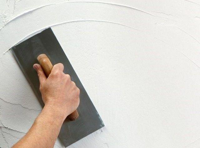 Распределение слоя шпатлёвки по поверхности стены
