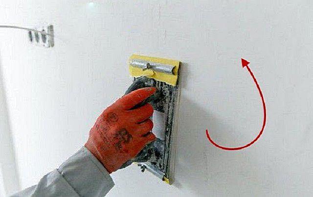Терка с мелкозернистой наждачной бумагой – инструмент для окончательного доведения поверхности стены до идеала