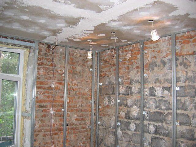 Каркасная конструкция позволяет дополнительно разместить под слоем гипсокартона слой утепления или звукоизоляции. Правда, при этом «воруется» немалая площадь помещения