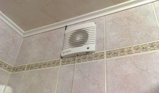 Перекрывать полностью вентиляционное отверстие в ванной нельзя