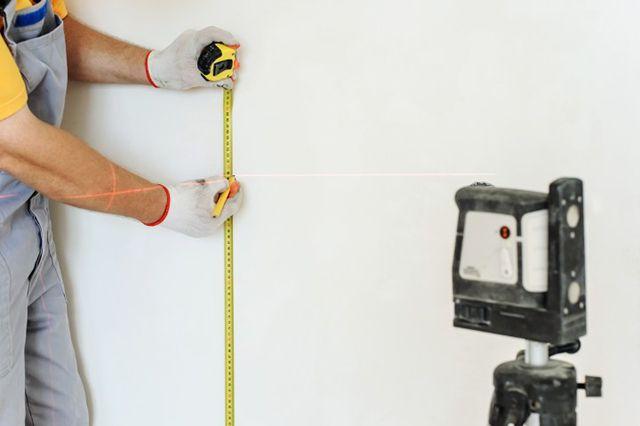 Определение неровностей основания удоьней всего делать при помощи лазерного построителя плоскостей