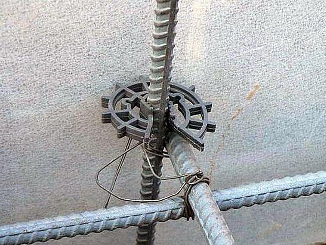 Фиксатор-«звездочка», задающий положение арматурного прута относительно стенок опалубки