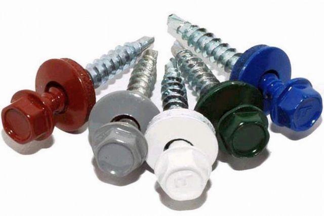 Ассортимент саморезов по окраске шляпки обычно совпадает с предлагаемыми моделямипрофнастила