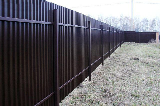Забор из профнастила, даже небольшой высоты, полностью ограждает владения от ненужных сторонних взглядов