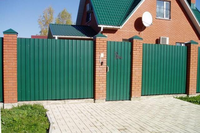 Внешне хорошо поставленный забор из профнастила смотрится очень привлекательно, и вполне может сочетаться, например, с кровельным покрытием дома