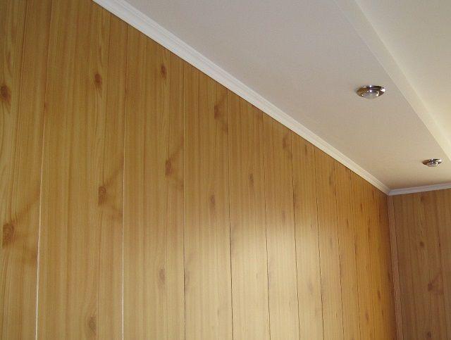 Стена коридора, отделанная ламинированной вагонкой МДФ