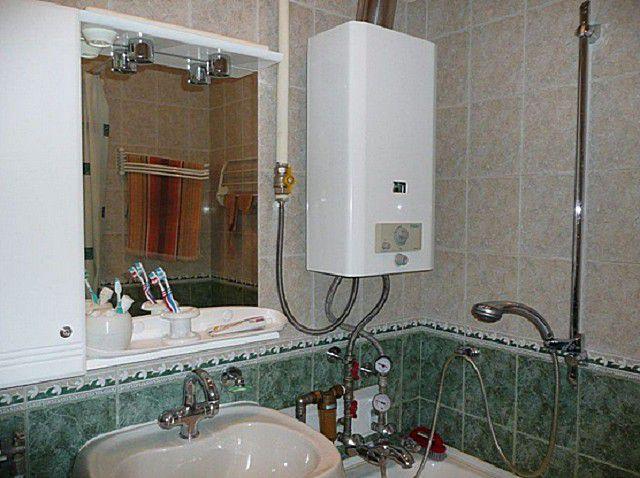 Для переноса газового водонагревателя в санузел потребуется отдельный проект, с учетом возможностей надлежащегооборудования систем отвода продуктов сгорания и вентиляции