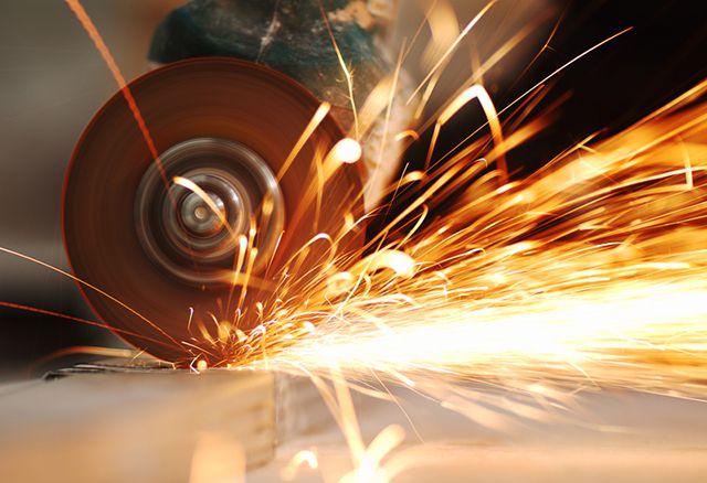 При резке болгаркой температура листа повышается до недопустимых значений, что приводит к выгоранию полимерного покрытия и цинкового слоя