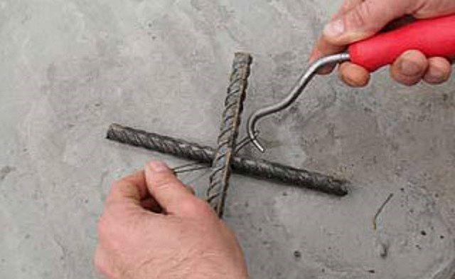Заведение проволочной петли за перекрестье арматурных прутьев
