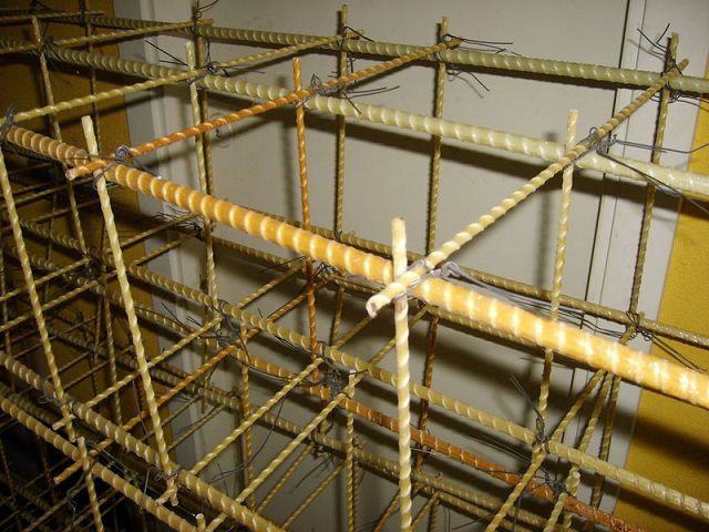 В хомуты согнуть стеклопластиковую арматуру не получится, поэтому каркас вяжется с применением отдельный перемычек и стоек