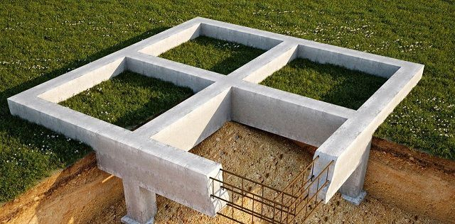 Фундаментная лента может быть глубокого или малого заложения, иногда усиливается дополнительно монолитными сваями