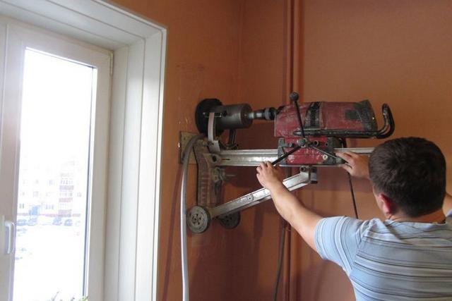 Самая сложная операция в процессе установки стенового приточного клапана – это проделывание сквозного канала необходимого диаметра под воздуховод. Остальное – будет значительно проще!