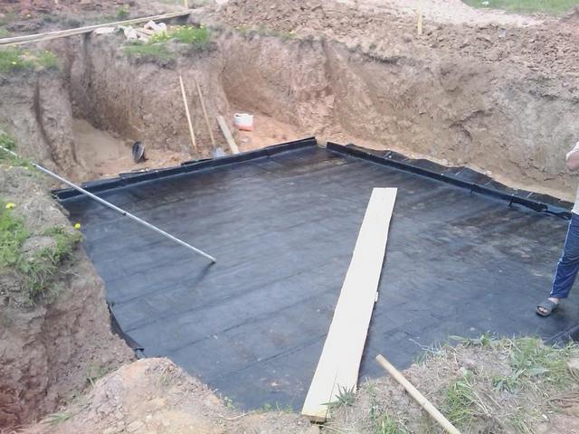 Слой бетонной подготовки полностью закрыт сплошным горизонтальным гидроизоляционным барьером – теперь от него можно вести возведение ленточного или плитного фундаментов.