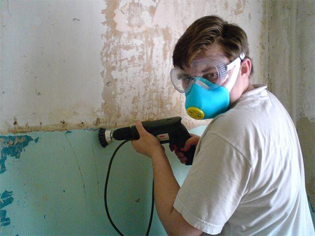 Абразивная очистка стены от краски – утомительный и весьма грязный процесс