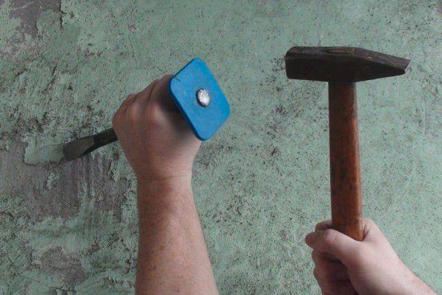 Самый незамысловатый комплект – молоток и ручное зубило с защитной гардой.