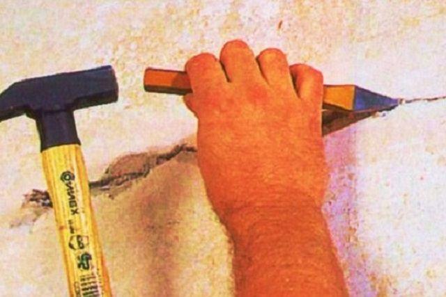 Даже незначительную трещину требуется расширить, чтобы провести дальнейший ремонт