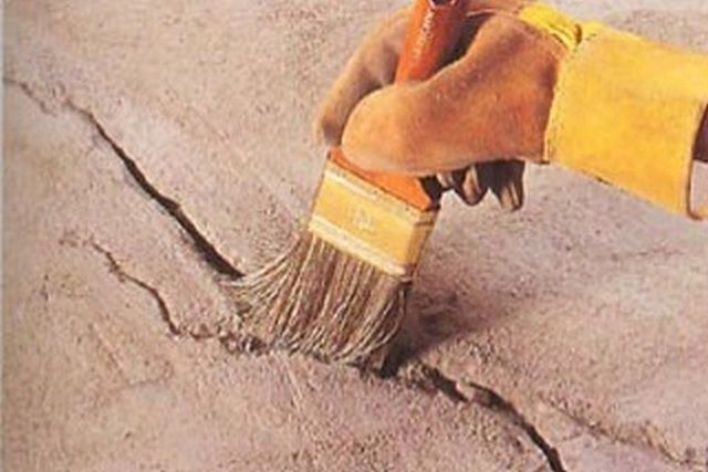 Разделанная трещина должна быть хорошенько очищена от пыли, а затем – тщательно загрунтована