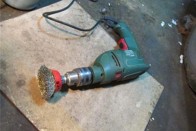 Насадки с жёсткой стальной щетиной позволяют ускорить процесс снятия старого покрытия стены